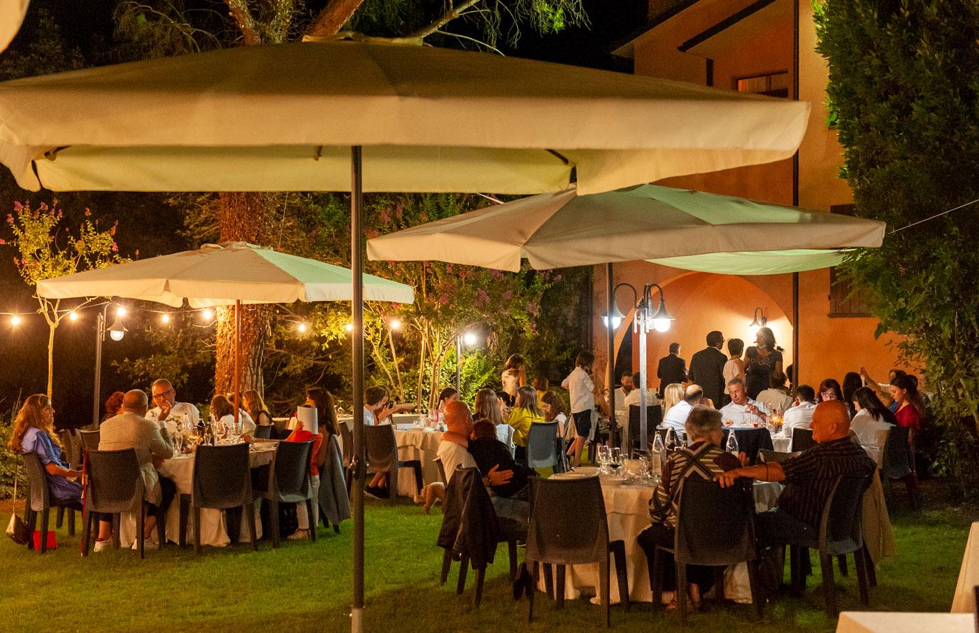 la-fattoria-spoleto-ristorante-pizzeria-albergo-giardino-esterno-ampio-e-fresco
