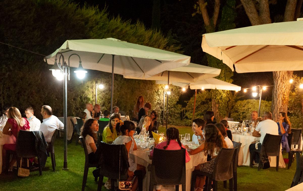 la-fattoria-spoleto-ristorante-pizzeria-albergo-giardino-esterno-comunione