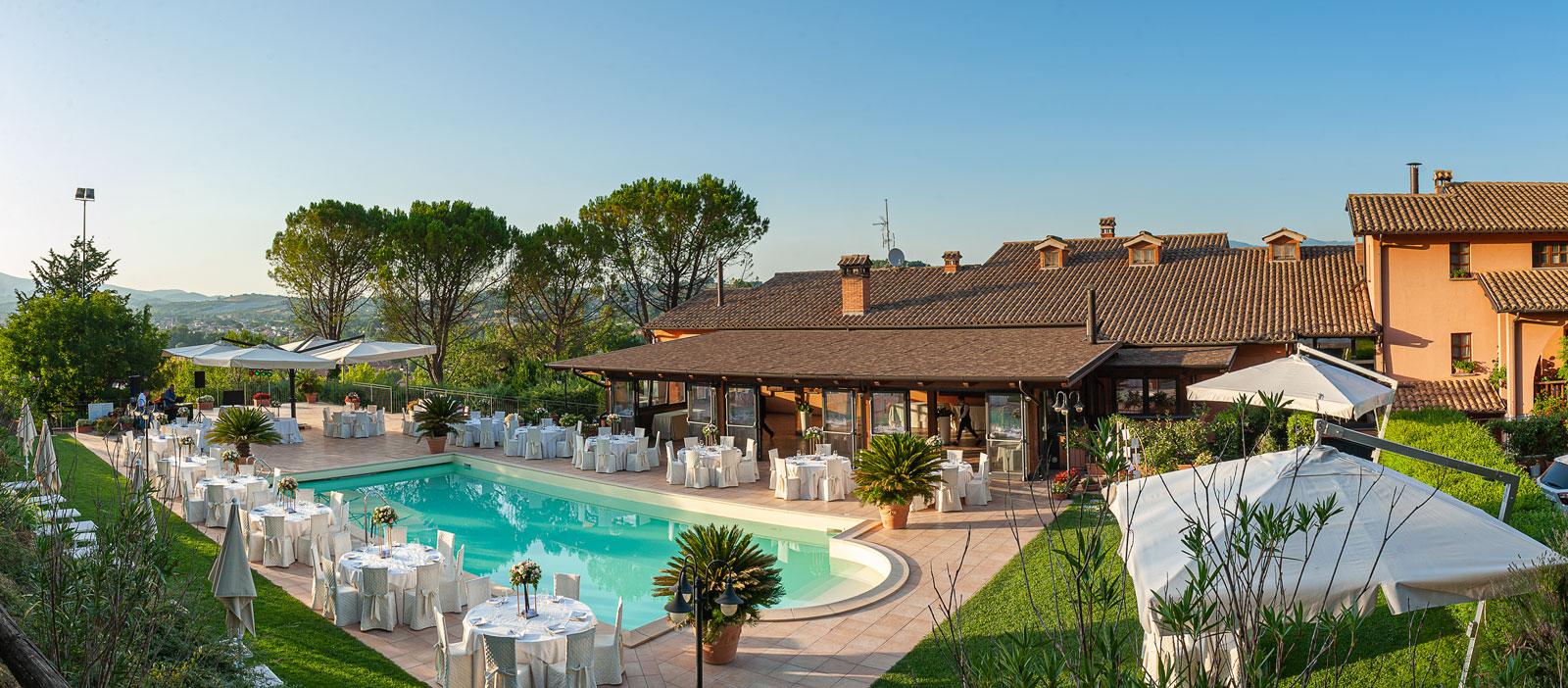 la-fattoria-spoleto-ristorante-pizzeria-albergo-piscina-esterna-evento-matrimonio-spoleto-panoramica-pomeriggio