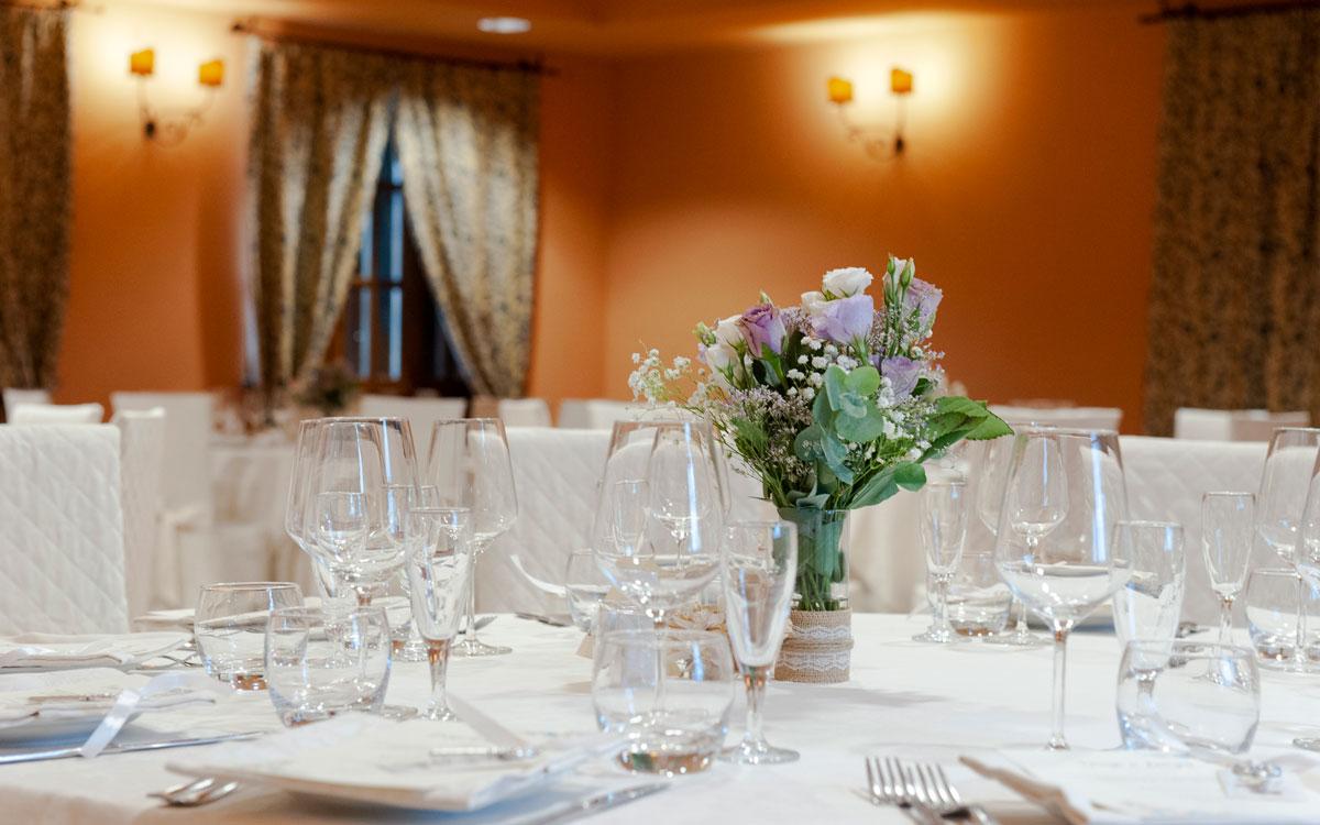 la-fattoria-spoleto-ristorante-pizzeria-albergo-tavola-dettaglio-floreale-su-tavolo