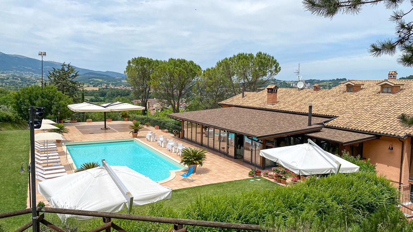 la-fattoria-spoleto-ristorante-pizzeria-albergo-vista-piscina