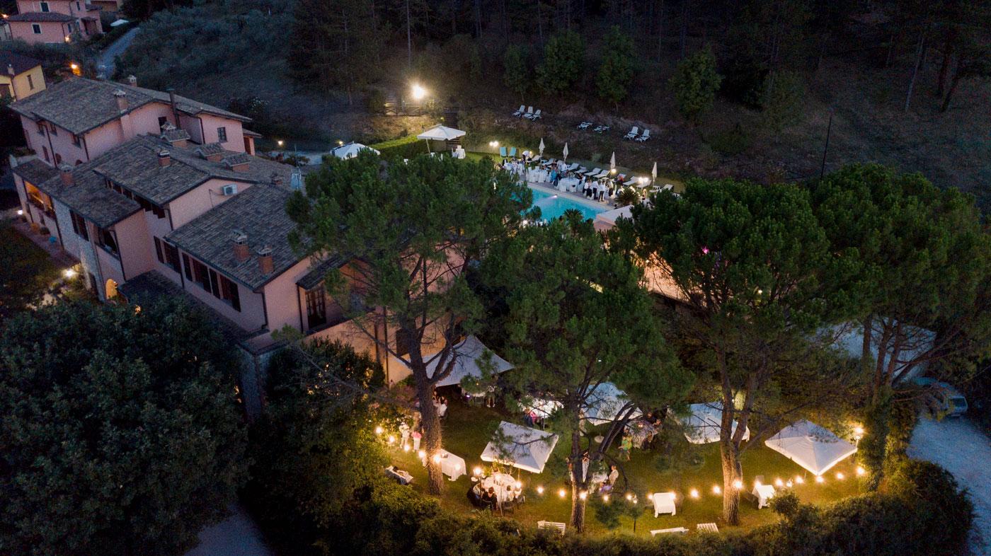la-fattoria-spoleto-ristorante-vista-notturna-su-giardino-foto-emanuele-nonni-300dpi-studio