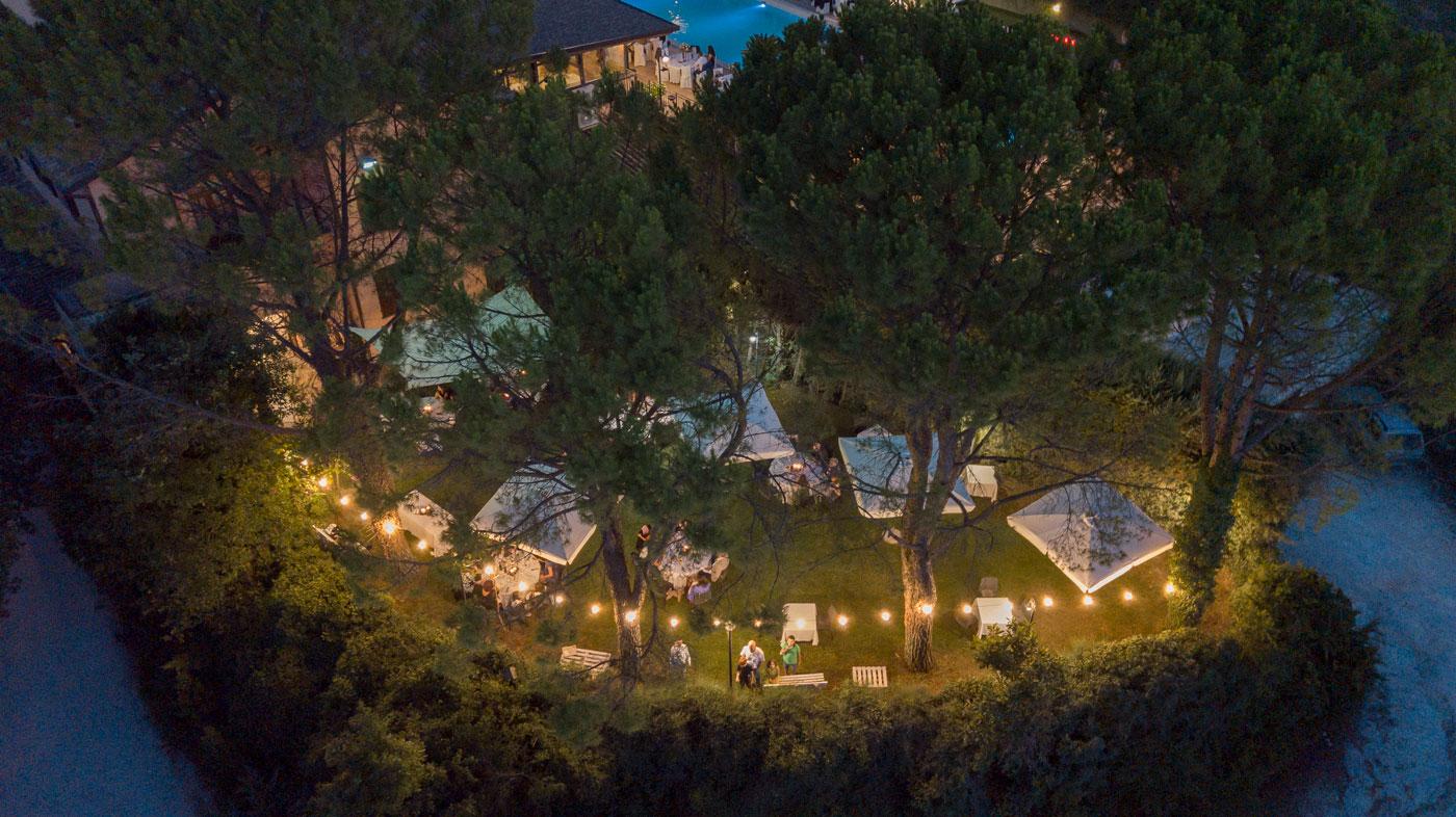 la-fattoria-spoleto-ristorante-vista-notturna-su-giardino-foto-emanuele-nonni-300dpi-studio-rimini