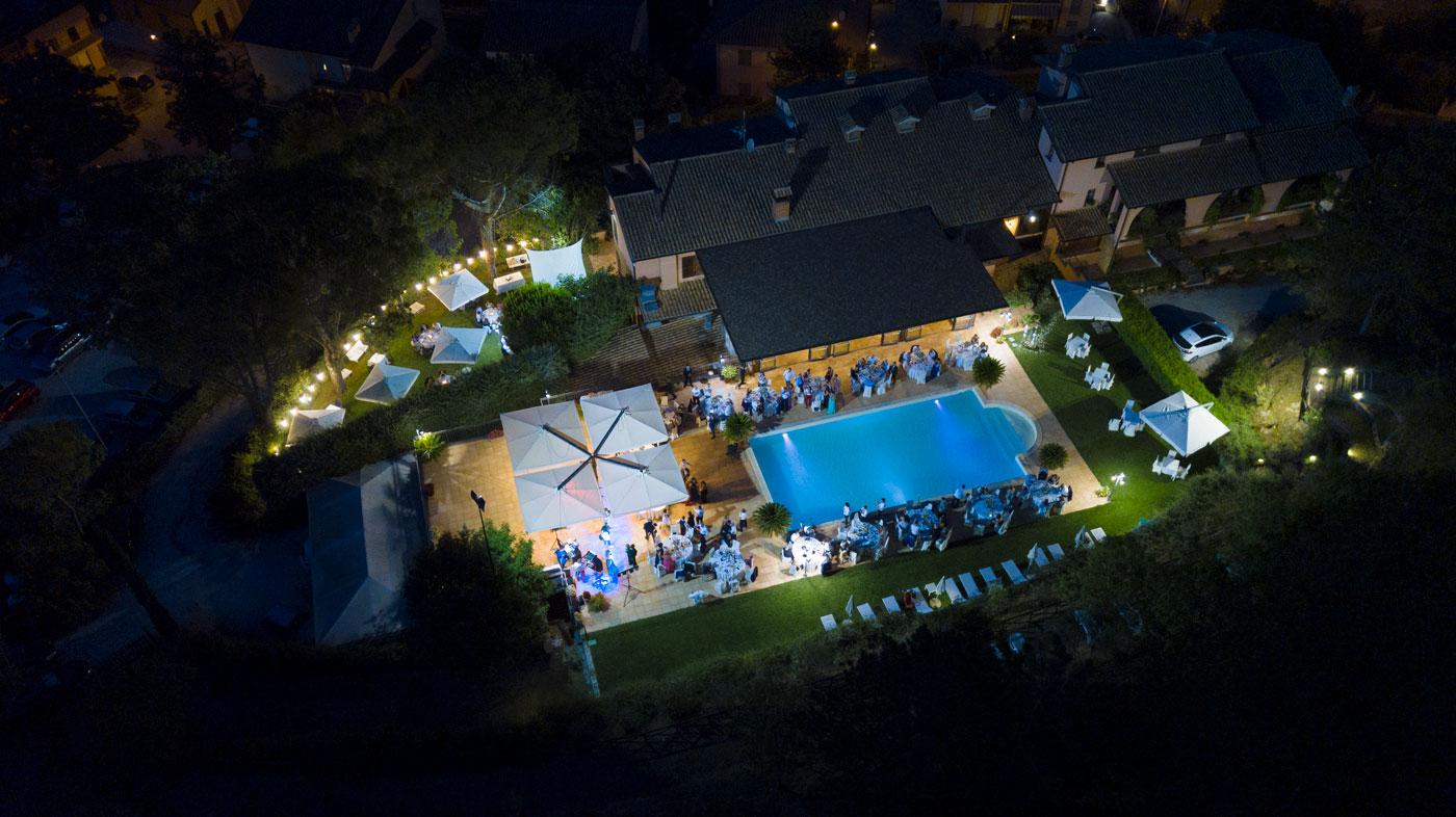 la-fattoria-spoleto-ristorante-vista-notturna-su-piscina-evento-foto-emanuele-nonni-300dpi-studio